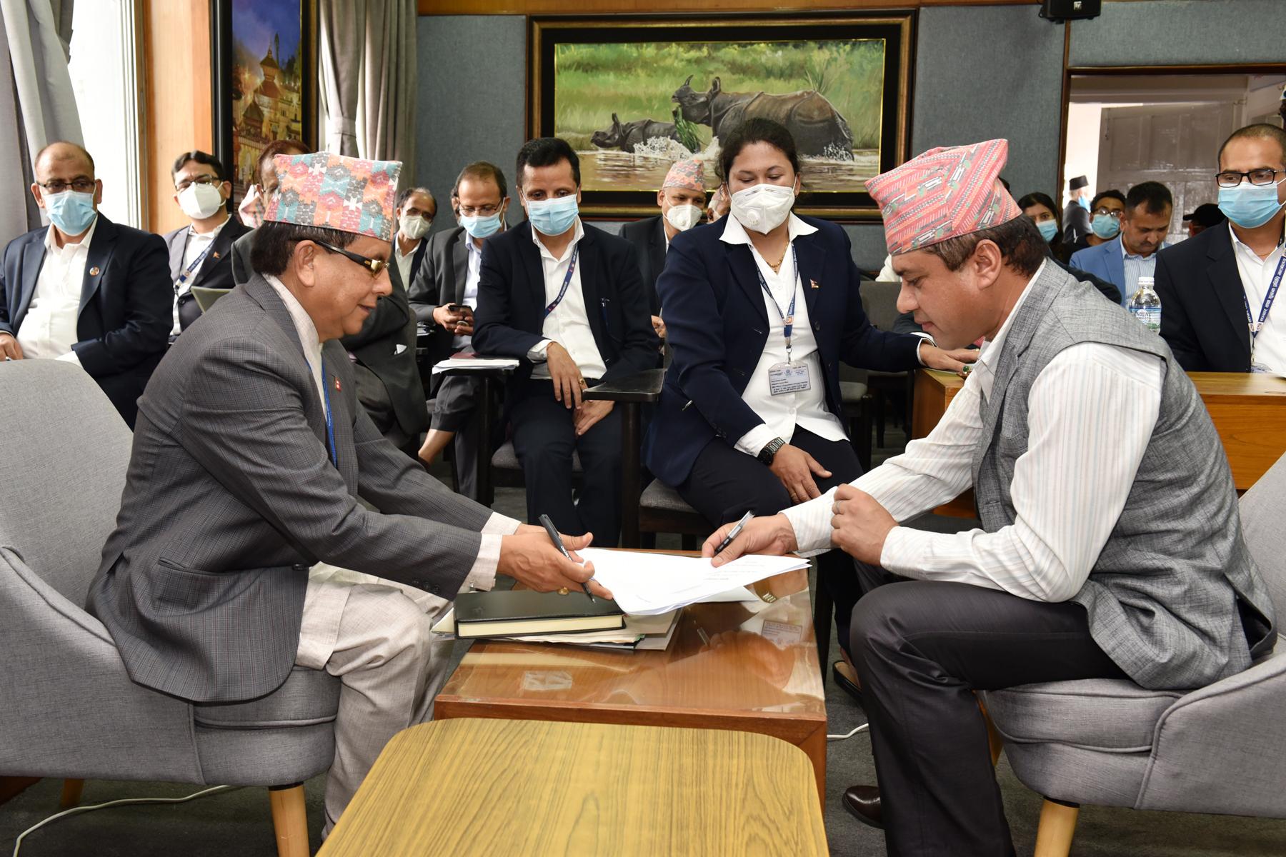 सचिव श्री हरिप्रसाद बस्याल र समितिका अध्यक्ष श्री राजेन्द्र अर्याल बीच आ.व २०७७.०७८ को कार्यसम्पादन सम्झौता हुँदै