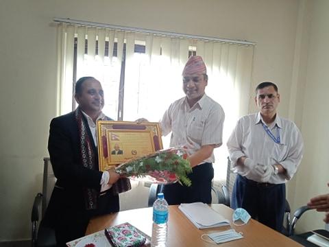 निर्देशन समितिको बैठकमा समितिका  अध्यक्ष श्री राजेन्द्र अर्यालले सदस्य सचिव श्री लेखनाथ शर्मालाई विदाई गर्नुहुँदै