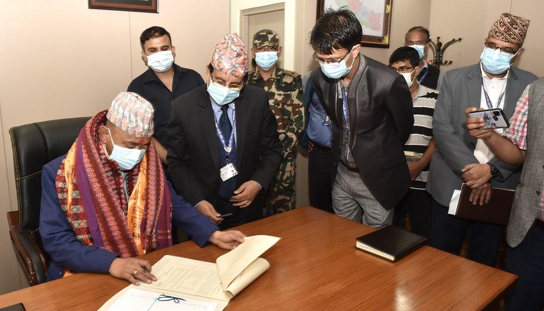 माननीय सञ्चार तथा सूचना प्रविधि मन्त्री वसन्त कुमार नेम्वाङद्वारा पदभार ग्रहण